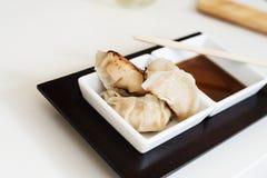 Bolas de masa hervida asiáticas del gyoza con la salsa Fotos de archivo libres de regalías
