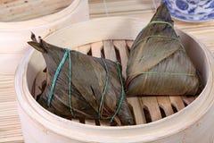 Bolas de masa hervida chinas del arroz en la cesta de bambú Fotos de archivo libres de regalías