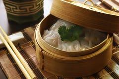 Bolas de masa hervida chinas en la cesta de bambú imagen de archivo