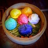 Bolas de masa hervida cocidas al vapor étnicas deliciosas del dim sum en el restaurante asiático foto de archivo libre de regalías