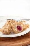 Bolas de masa hervida con las migas y las cerezas de pan con una cuchara en un woode Foto de archivo libre de regalías