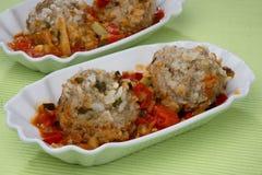 Bolas de masa hervida de la carne con arroz en salsa de tomate Foto de archivo libre de regalías