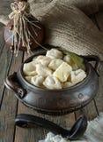 Bolas de masa hervida de la carne de vaca y del cerdo en un pote de arcilla hecho en casa Fotos de archivo