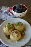 Bolas de masa hervida de la fruta con los ciruelos Imagen de archivo libre de regalías