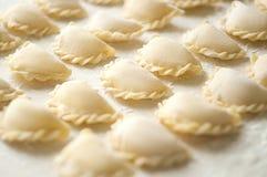 Bolas de masa hervida de Vareniki con las patatas en el fondo blanco - traditi Fotos de archivo