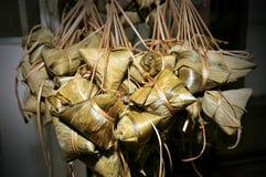 Bolas de masa hervida del arroz con la hoja de bambú Fotos de archivo