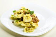 Bolas de masa hervida del Tortellini con el jamón imagen de archivo libre de regalías
