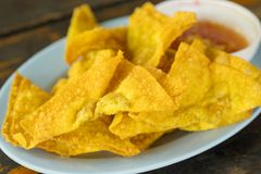 Bolas de masa hervida fritas: comida china, comida asiática Wonton frito Foto de archivo