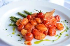 Bolas de masa hervida italianas con los tomates Imagen de archivo