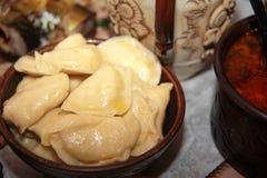Bolas de masa hervida de la patata en el estilo antiguo Tarde santa ucraniana imagen de archivo