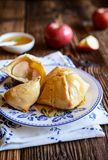 Bolas de masa hervida de manzana cocidas con la miel foto de archivo