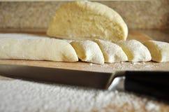 Bolas de masa hervida polacas tradicionales hechas en casa de la patata Kopytka Imagenes de archivo