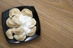 Bolas de masa hervida rellenas con las patatas con crema agria Fotografía de archivo libre de regalías