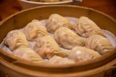 Bolas de masa hervida tratadas con vapor El dinar concedido estrella Tai Fung de Michelin se alinea como uno restaurante del top  fotos de archivo