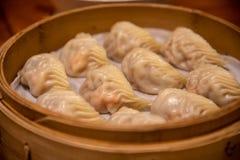 Bolas de masa hervida tratadas con vapor El dinar concedido estrella Tai Fung de Michelin se alinea como uno restaurante del top  foto de archivo libre de regalías
