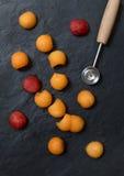 Bolas de melão com baller do melão no fundo de pedra imagem de stock royalty free