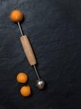 Bolas de melão com baller do melão no fundo de pedra fotos de stock royalty free