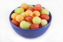 Bolas de melón en tazón de fuente azul Foto de archivo libre de regalías