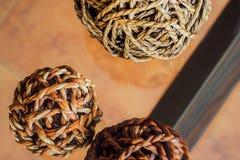 Bolas de mimbre decorativas, en perspectiva de arriba foto de archivo libre de regalías