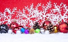 Bolas de Navidad en nieve Fotografía de archivo