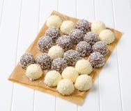 Bolas de nieve del coco del chocolate Foto de archivo