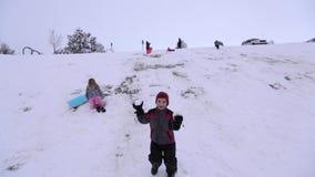 Bolas de nieve que lanzan del muchacho en la cámara almacen de metraje de vídeo