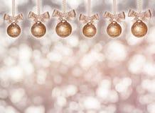 Bolas de oro colgantes de la Navidad con la cinta Fotografía de archivo