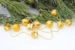 Bolas de oro de la guirnalda del árbol de navidad imagen de archivo