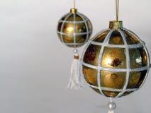 Bolas de oro de la Navidad Fotos de archivo libres de regalías