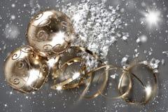 Bolas de oro de la Navidad con la flámula de oro Imágenes de archivo libres de regalías