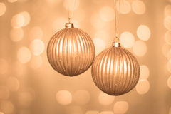 Bolas de oro de la Navidad en fondo abstracto Foto de archivo libre de regalías