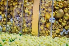 Bolas de oro en la decoración blanca al aire libre del árbol de navidad Para el alero de la Navidad y el concepto de la celebraci Fotografía de archivo