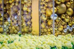 Bolas de oro en la decoración blanca al aire libre del árbol de navidad Para el alero de la Navidad y el concepto de la celebraci Fotografía de archivo libre de regalías