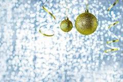 Bolas de oro en un fondo azul brillante Bokeh bajo la forma de luces azules redondas Copie el espacio Fotografía de archivo libre de regalías
