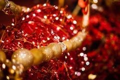 Bolas de oro para la decoración de la Navidad Fotografía de archivo libre de regalías