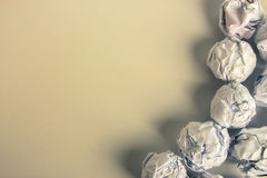 Bolas de papel en fondo en blanco Fotografía de archivo