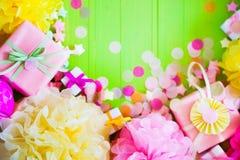 Bolas de papel festivas del rosa y del verde Accesorios para el cumpleaños Fotografía de archivo
