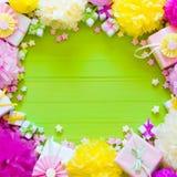 Bolas de papel festivas del rosa y del verde Accesorios para el cumpleaños Fotos de archivo