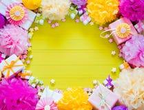 Bolas de papel festivas del rosa y del verde Accesorios para el cumpleaños Fotografía de archivo libre de regalías