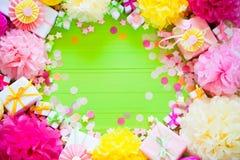 Bolas de papel festivas del rosa y del verde Accesorios para el cumpleaños Imágenes de archivo libres de regalías