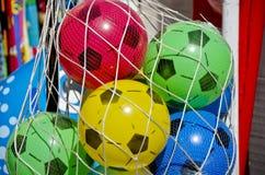 Bolas de partido de fútbol plásticas para los niños en el bolso neto Imagen de archivo