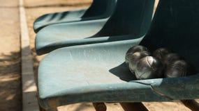 Bolas de Petanque do vintage na cadeira azul velha Fotografia de Stock Royalty Free