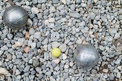 Bolas de Petanque e o jaque de madeira amarelo Imagem de Stock