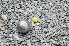 Bolas de Petanque e o jaque de madeira amarelo Imagens de Stock Royalty Free