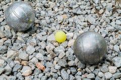 Bolas de Petanque e o jaque de madeira amarelo Imagens de Stock