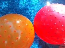 Bolas de piscina coloridas imagenes de archivo