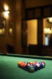 Bolas de piscina en la tabla de billares en barra acogedora Foto de archivo