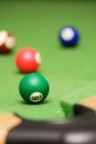 Bolas de piscina en un vector de piscina verde Foto de archivo libre de regalías