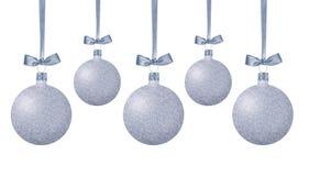 Bolas de plata de la Navidad con el arco en la cinta aislada en blanco Foto de archivo libre de regalías