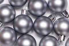 Bolas de plata del Año Nuevo y de Cristmas Imagenes de archivo
